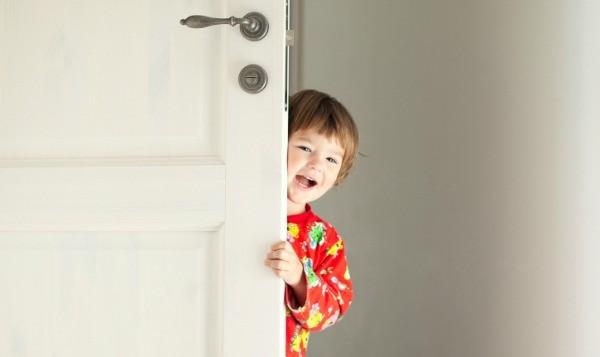 child at door snooze
